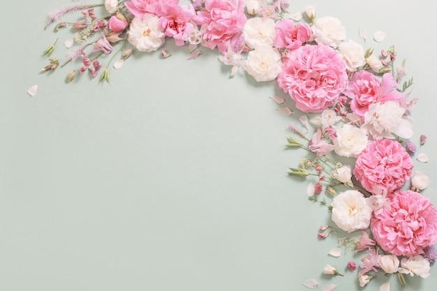 Rosa und weiße rosen auf papieroberfläche