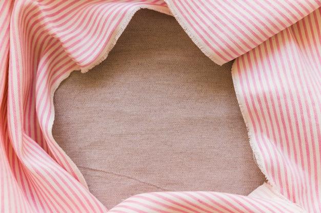 Rosa und weiße streifen stoff material auf einfachen sack tuch