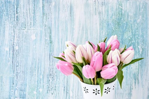 Rosa und weiße tulpen im vase.