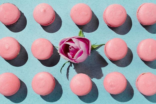 Rosa vegane makronen und rosenknospe hügelten