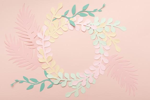Rosa vintage hintergrund der papierkunst mit blumen und tropischen blättern. trendige stilvolle blumengrußkarte.