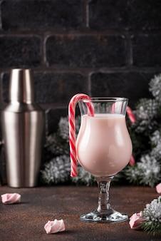 Rosa weihnachtscocktail mit eibisch