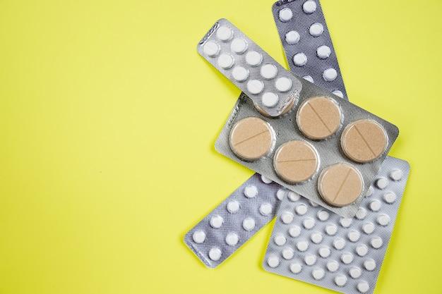 Rosa-weiße antibiotikakapselpillen in der blisterpackung. antibiotikaresistenz.