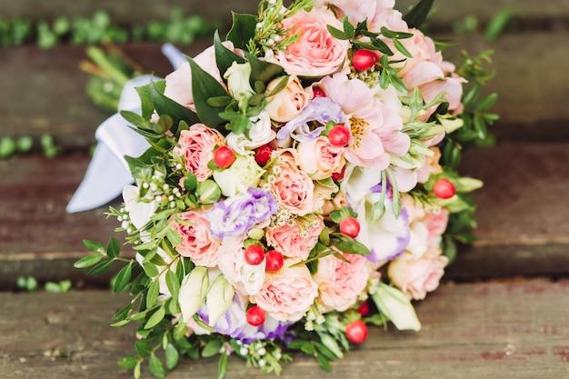 Rosa, weißer und purpurroter rosenbrautblumenstrauß