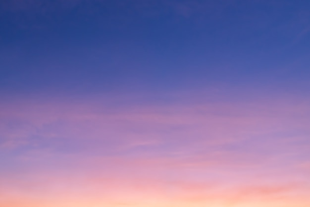 Rosa wolke und rosafarbenes licht der sonne durch die wolken und den blauen himmel mit kopienraum