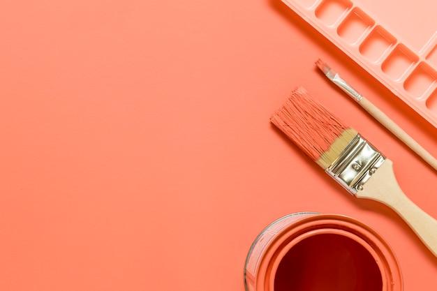 Rosa zusammensetzung mit ziehwerkzeugen auf farbiger oberfläche