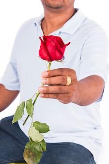 Rosafarbene blume des griffs des jungen mannes