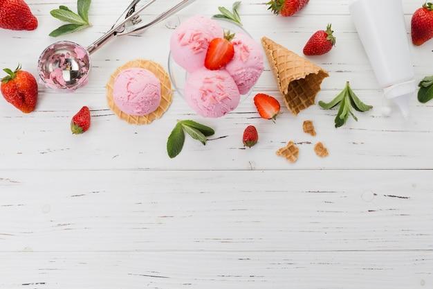Rosafarbene eiscreme mit erdbeeren und schaufel