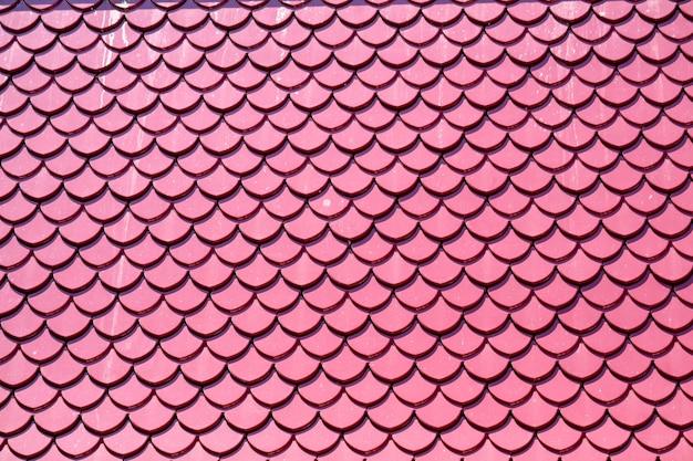 Rosafarbene farbe der dachfliesen entwerfen die gleichen fischschuppen