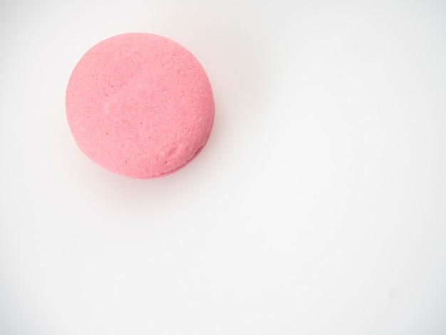 Rosafarbene makrone auf weißem hintergrund