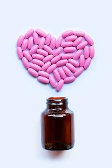 Rosafarbene medizinpillen auf weiß