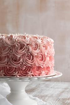 Rosafarbener ombre rosenkuchen. feier-konzept.