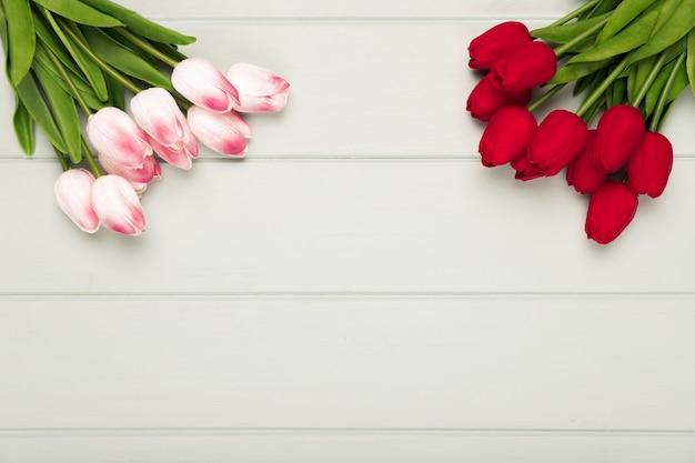 Rosafarbener und roter tulpeblumenstrauß mit exemplarplatz