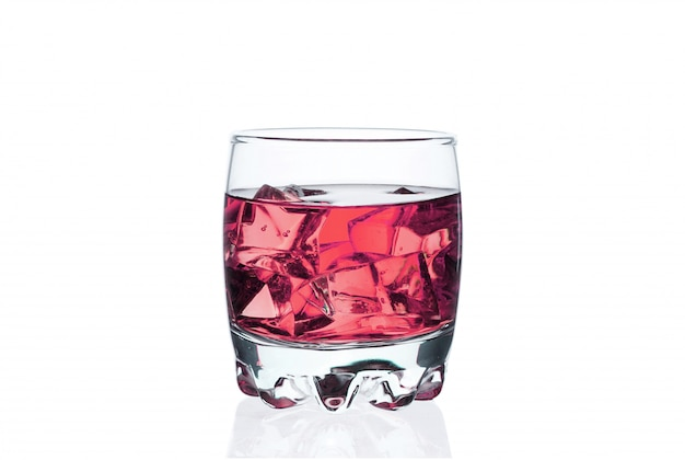 Rosafarbenes getränk mit eiswürfeln in einem glas auf weiß. gekühlter cocktail exotisch.