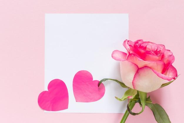 Rosafarbenes herz des valentinstags mit rahmen- und kopienraum auf rosa festlichem hintergrund