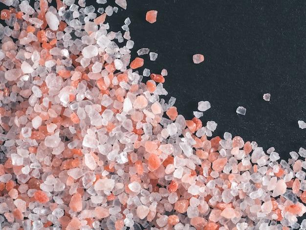 Rosafarbenes himalajasalz in den kristallen