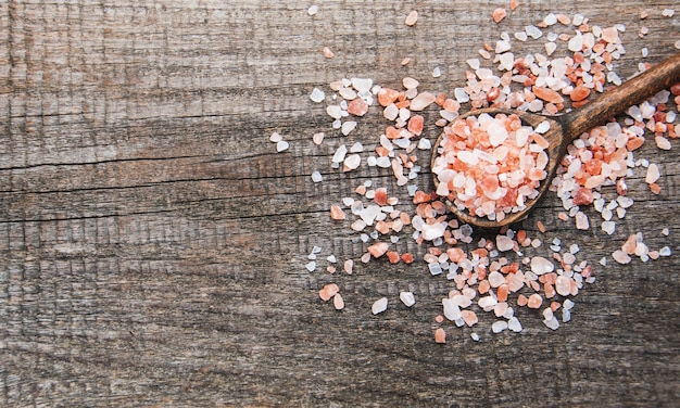 Rosafarbenes salz aus dem himalaya