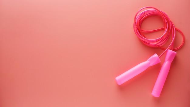 Rosafarbenes springendes seil oder springseil getrennt auf rosa