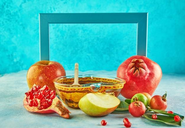 Rosch haschana mit honigglas und frischen äpfeln mit granatapfelkernen