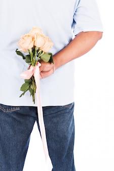 Rose des jungen mannes halten für seine frau überraschung