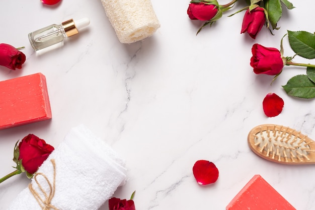 Rose handgemachte seife auf marmorhintergrund