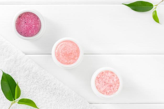 Rose kosmetikset für die körperpflege auf weißer, flacher lage