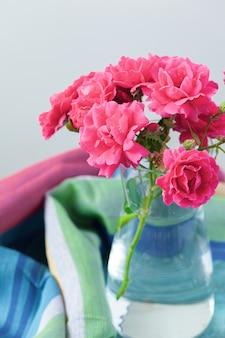 Rose legte auf den schreibtisch in blauen hintergrund