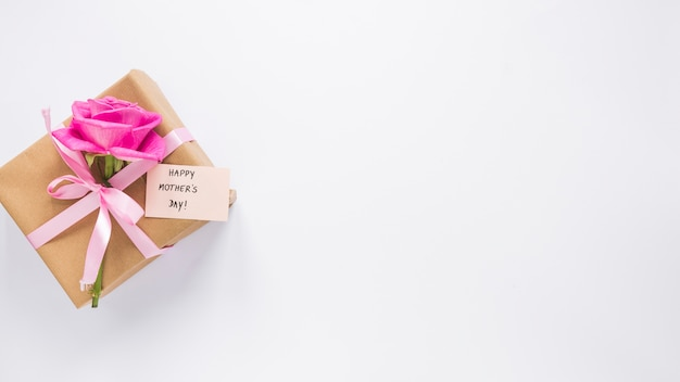 Rose mit geschenkbox und happy mothers day-aufschrift