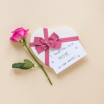 Rose mit geschenkbox und ich habe die beste inschrift der mutter der welt