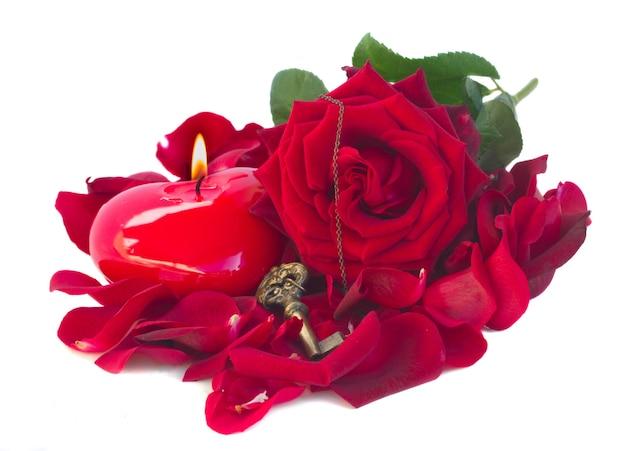 Rose, schlüssel und herz als symbol der liebe