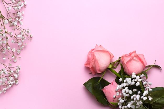 Rose und gypsophila blumen auf baby rosa hintergrund