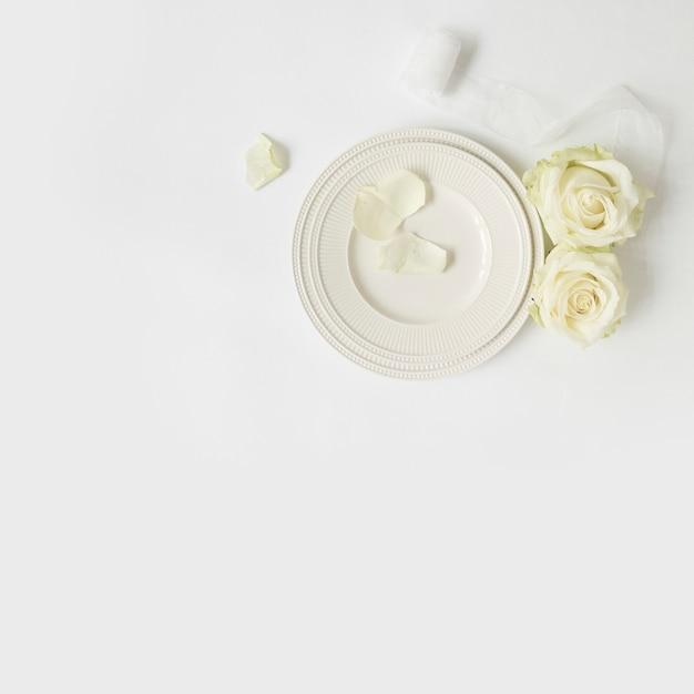 Rose; weißes band und platten auf weißem hintergrund