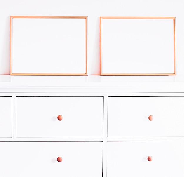 Roségoldener rahmen auf weißen möbeln, luxus-wohnkultur und design für mockup-posterdruck und druckbare ...