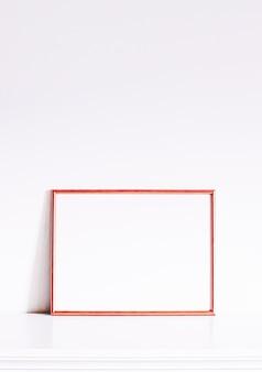 Roségoldrahmen auf weißen möbeln, luxuriöse wohnkultur und design für mockup-posterdruck und druckbare kunst-online-shop-vitrine