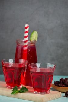 Rosellensaft in einem trinkfertigen glas