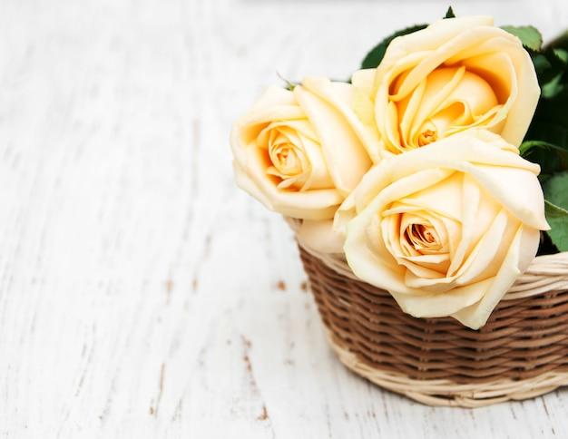 Rosen auf dem holztisch