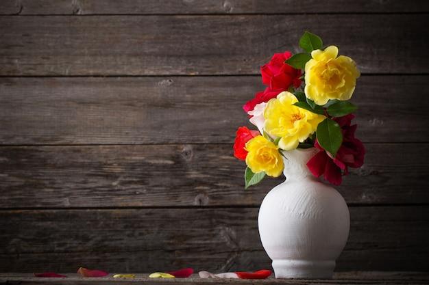 Rosen auf hölzernem hintergrund