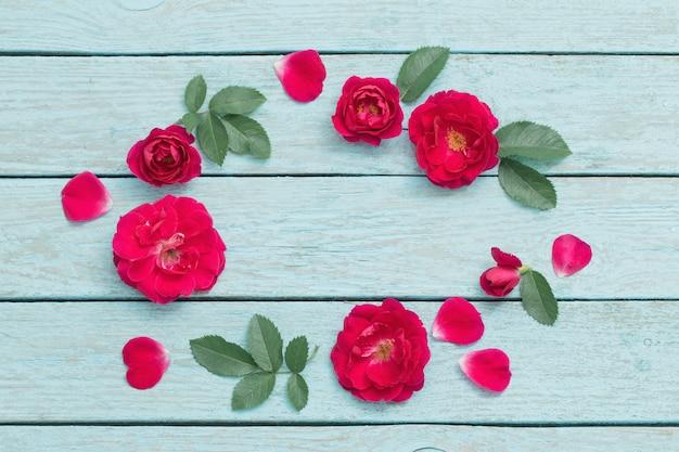 Rosen auf holzfläche