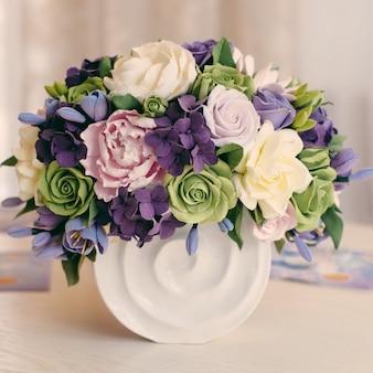 Rosen-blumenblumenstrauß und geschenkbox auf holztisch