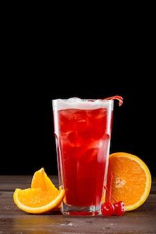 Rosen-cocktail mit eis auf schwarzem
