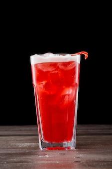 Rosen-cocktail mit eis