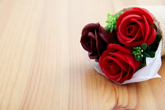 Rosen eines paargeschenks am valentinstag