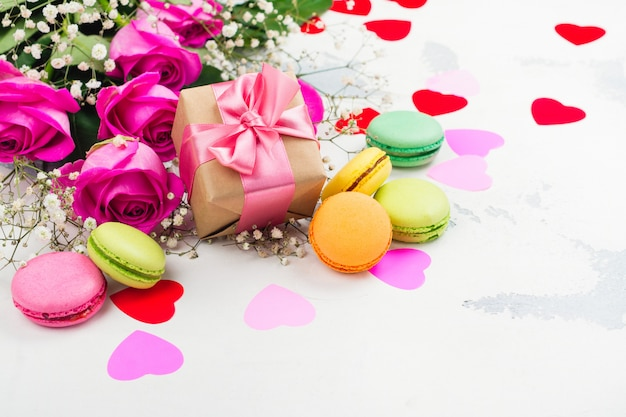 Rosen, makronen und dekorative herzen