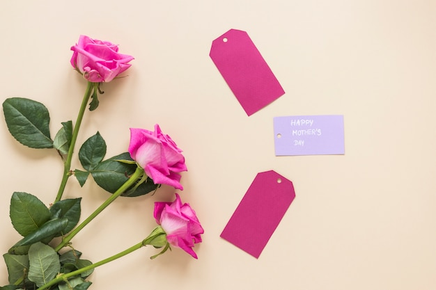 Rosen mit glücklicher mutter-tagesaufschrift auf tabelle