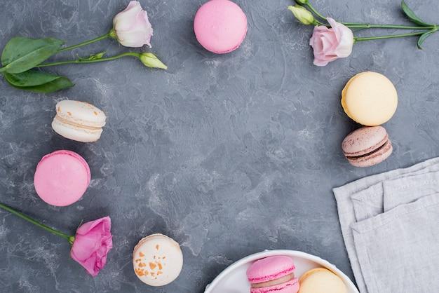 Rosen mit macarons auf teller