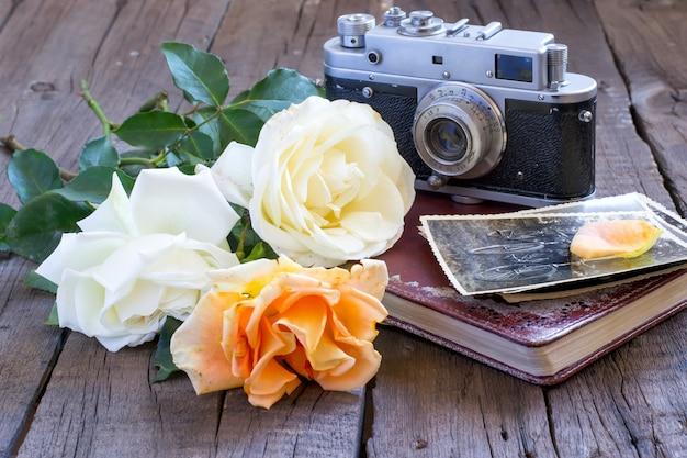 Rosen und alte familienfotos mit kamera