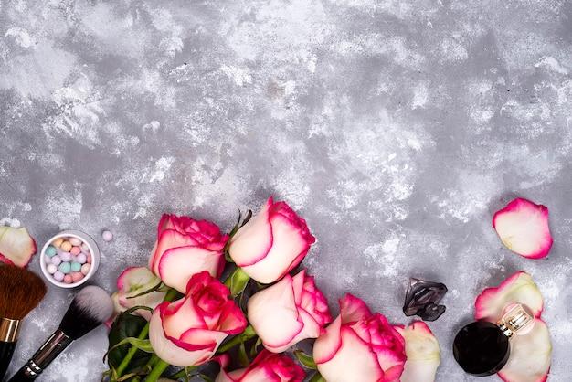 Rosen und dekorative kosmetik als rahmen