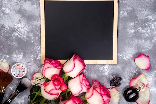 Rosen und dekorative kosmetik mit einer tafel