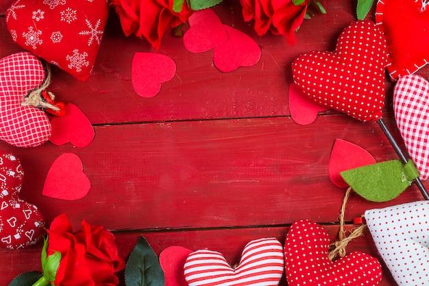 Rosen- und geschenk auf hölzernem hintergrund / valentinsgrußtageshintergrund