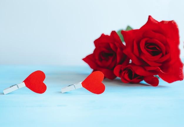 Rosen und herzen auf einem pastellhintergrund. valentinstag-konzept